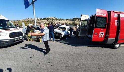 Kütahya da iki otomobil çarpıştı: 9 yaralı